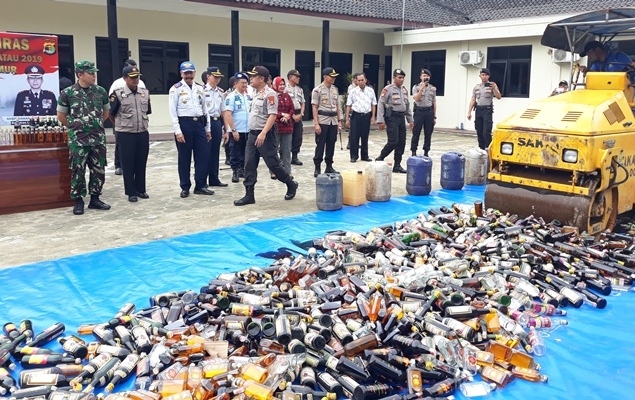 Polres Lamtim Musnahkan Ribuan Botol Miras Hasil Operasi Cempaka Krakatau 2019