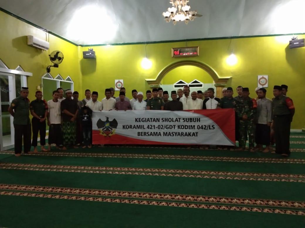 Wilayah Teritorial Sasaran Danramil 421-02/ Gedongtatan Gelar Sholat Subuh